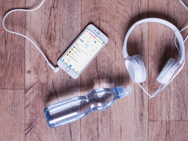 Musik am Smartphone per Kopfhörer motiviert beim Training, Mineralwasser löscht den Durst