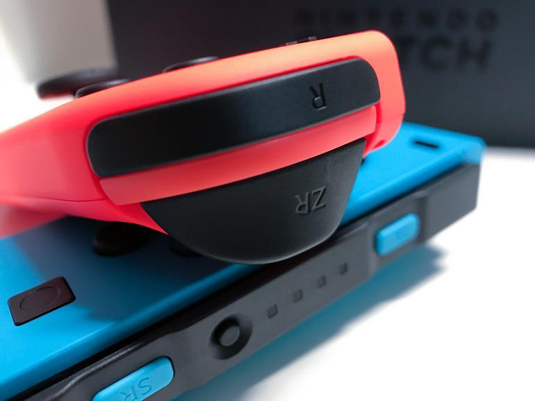 Im Lieferumfang befinden sich zwei sogenannte Joycons. Zusammengesteckt lassen sich die beiden Controller als klassisches Gamepad nutzen.