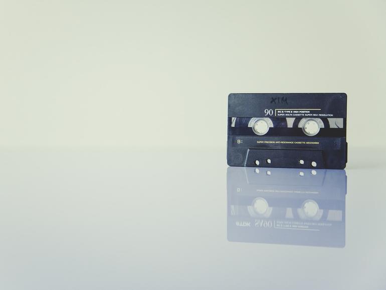 """Altes Magnetband auf Glastisch: """"Cassette Gold"""" holt sie zurück aufs iPhone"""