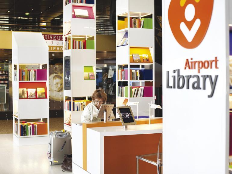Literatur, Filmkunst und Musik am Amsterdamer Flughafen Schiphol: An einem Dutzend iPad-Terminals können Reisende entspannen, lernen oder Daten übertragen.