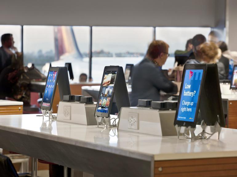 iPad-Akku leer? Auf vielen US-amerikanischen Flughäfen warten Ladestationen auf ihre Benutzer, die sich die Wartezeit an einem der zahlreichen und kostenfreien Webterminals vertreiben können.