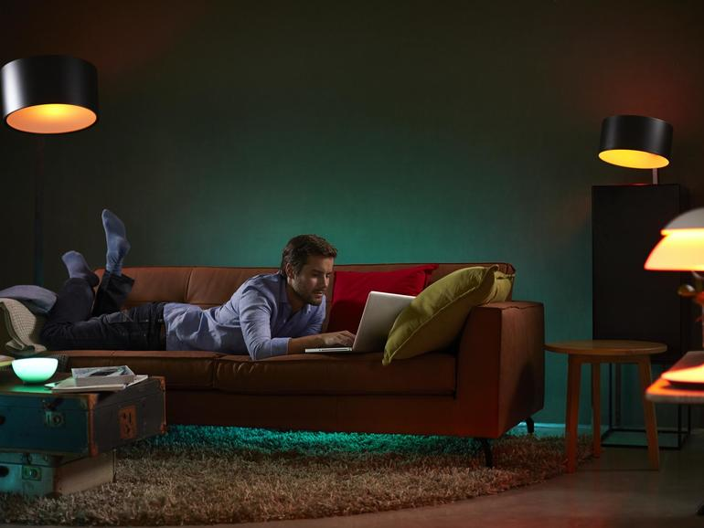Die Hue-Lampen von Philips erstrahlen in 16Millionen Farben – und lassen sich mit Siri, Alexa und Co. steuern.