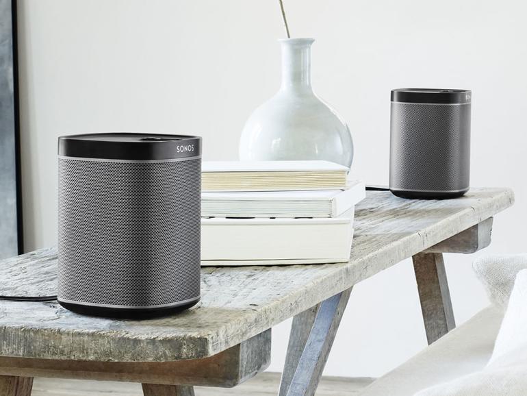 Zwei schwarze Sonos Play:1 auf einem Tisch