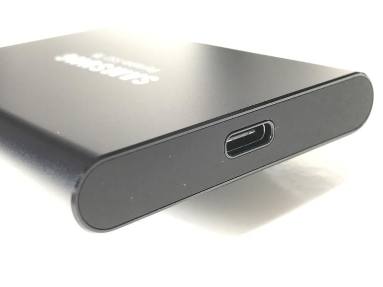 Anschluss findet die Samsung T5 via USB-C. Im Gegensatz zum Vorgängermodell T3 findet sich im Lieferumfang auch ein USB-C-auf-USB-C-Kabel zum direkten Anschluss an ein aktuelles MacBook.