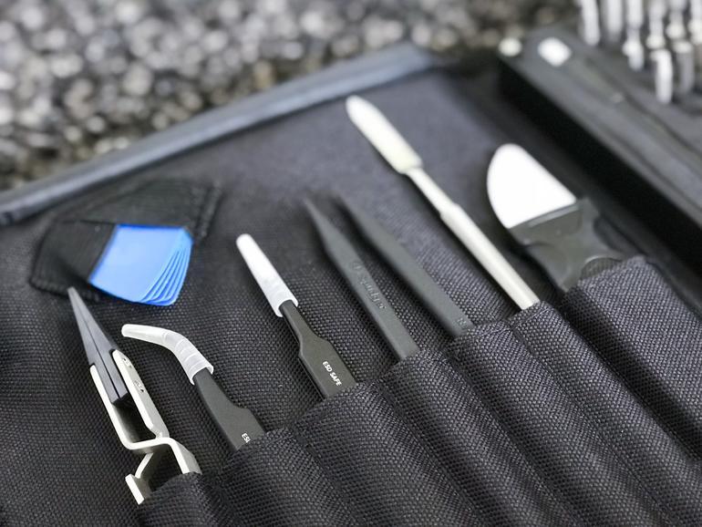 Neben den Bits enthält das Paket auch weitere wichtige Werkzeuge, etwa Pinzetten und Spatel