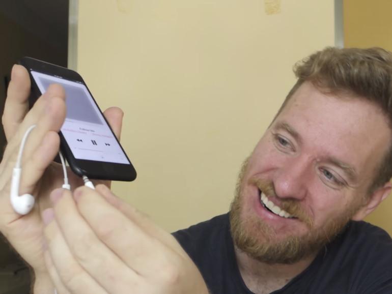 Stolz präsentiert Scotty Allen das Ergebnis: Ein iPhone 7 mit Kopfhöreranschluss.