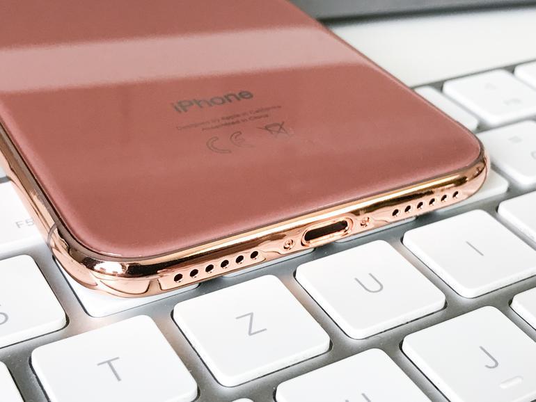 """Auch wenn der Rand des Dummies eingefärbt ist, gilt dies wahrscheinlich nicht für das """"echte"""" iPhone X"""
