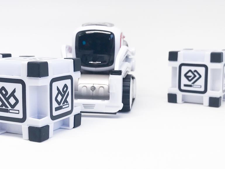 Cozmo in seinem Element. Ohne App geht allerdings nichts, sie stellt quasi das Hirn des Roboterspielzeugs dar.