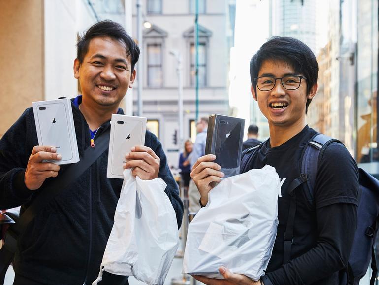 Stolze iPhone-8-Käufer im Apple Sydney