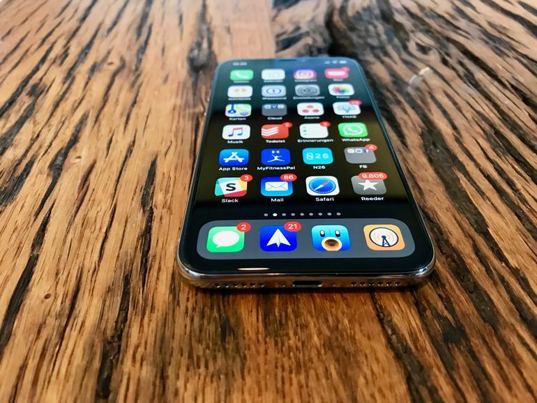 Zum ersten Mal seit 2014 hat Apple das Design des iPhone wirklich grundlegend überarbeitet. Die Home-Taste mit Touch ID ist passé. Dafür prangt auf der Vorderseite ein (fast) vollflächiges Display.