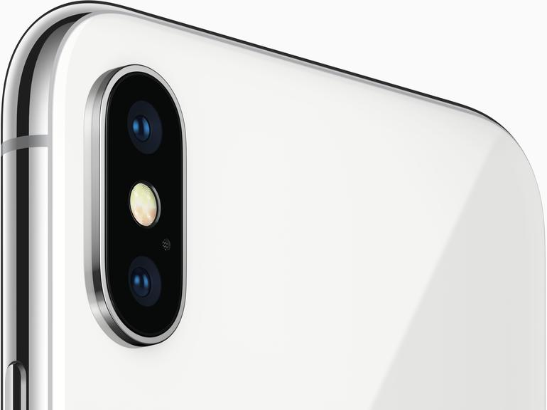 Das rückwärtige Kamera-System ist beim iPhone X im Vergleich zum iPhone 8 Plus und seinen Vorgängern um 90 Grad gedreht. Vor allem, weil das TrueDepth-Kamerasystem der Vorderseite für eine horizontale Ausrichtung im Gehäuseinneren nicht genügend Platz lässt.