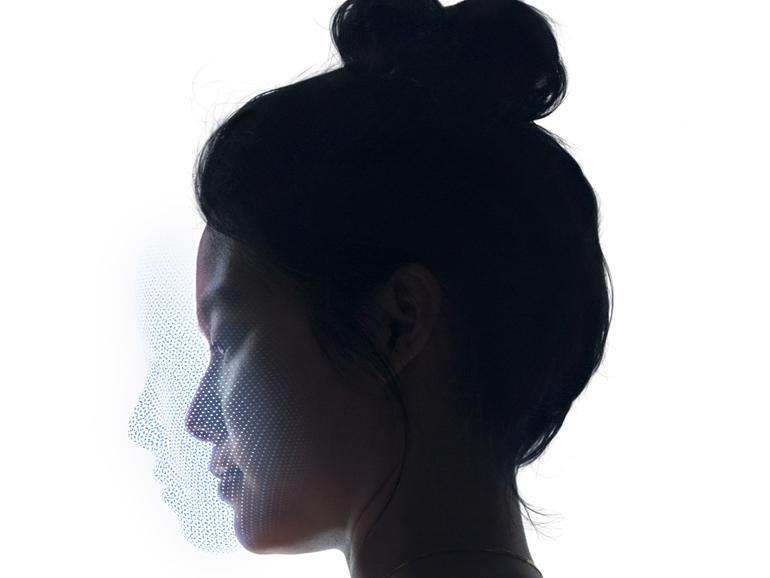 Zur Gesichtserkennung verwendet Apple einen Infrarot-Projektor, der über 30.000 einzelne Infrarot-Punkte auf dem Gesicht verteilt.