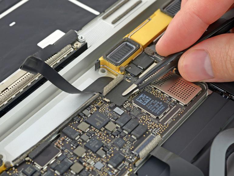Der NVRAM wird durch eine zusätzliche Batterie mit Strom versorgt