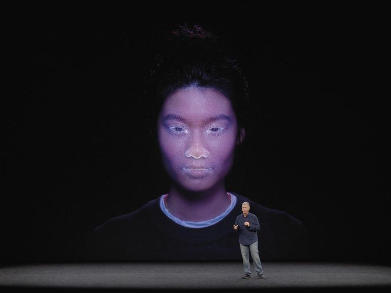 Face ID erkennt, ob Sie in Richtung des Telefons blicken und entsperrt das iPhoneX nur dann.