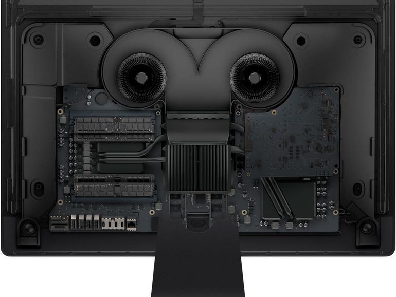 """Im Inneren des iMac Pro verbirgt sich nicht nur jede Menge Hochleistungstechnik, sondern auch ein von Lüftern und Kühlkörper geformtes Gesicht, das an den kriminellen Roboter """"Roberto"""" aus der Erfolgsserie """"Futurama"""" erinnert. Damit steht der iMacPro in einer Reihe mit dem Mac Pro, dessen Inneres an Darth Vader erinnerte…"""
