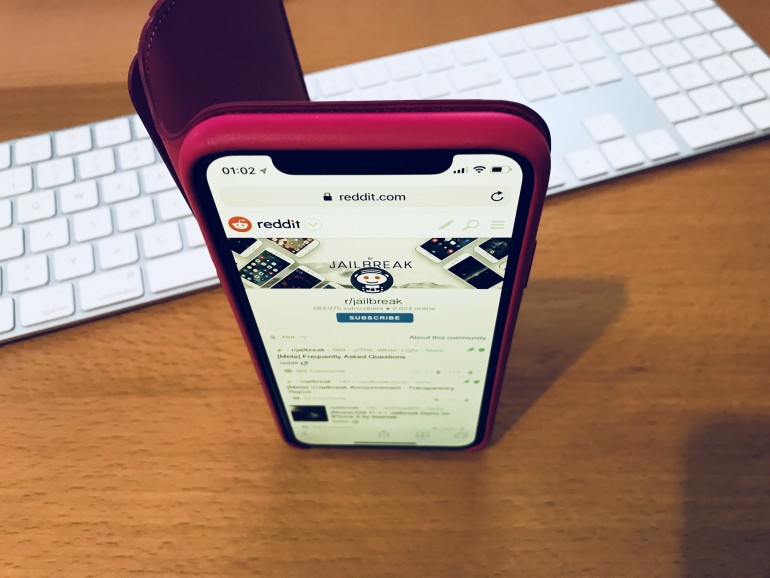 iPhone X in Apples Schutzhülle