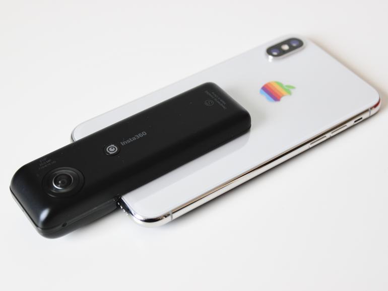 Die Insta360 Nano S wird einfach über den Lightning-Anschluss auf das iPhone gesteckt.