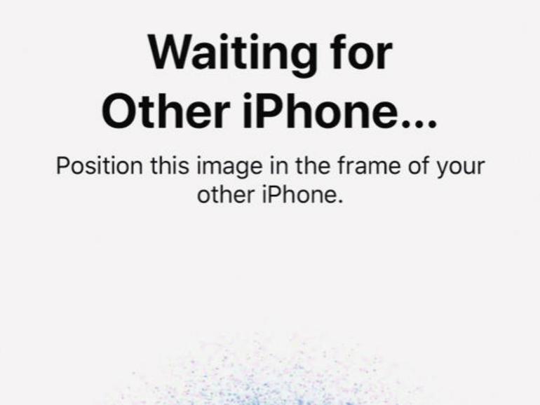 """2 Als nächstes wird eine Punktwolke auf dem iPhone-X-Display angezeigt, die Sie mit Ihrem alten iPhone abfilmen müssen, um die beiden Geräte miteinander """"bekannt zu machen"""" – ähnlich wie bei der Einrichtung einer Apple Watch. Folgen Sie den Bildschirmanweisungen, bis der Vorgang abgeschlossen ist."""