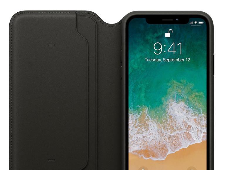 """Apples iPhone-X-Hülle """"Leder Folio"""" bietet einen alternativen Weg, um das iPhone X zu aktivieren oder schlafen zu legen: öffnen oder schließen Sie einfach die Klappe. Unter """"Einstellungen > Anzeige & Helligkeit"""" können Sie diese Funktion deaktivieren."""