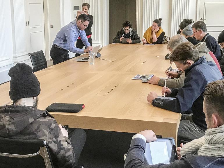 Auch wegen der Wetterbedigungen finden erste Trockenübungen in einem Apple-eigenen Seminarraum über dem Store statt.