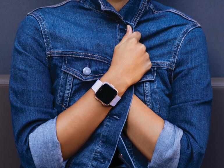 Gerade am Handgelenk sieht die Versa der Apple Watch sehr ähnlich
