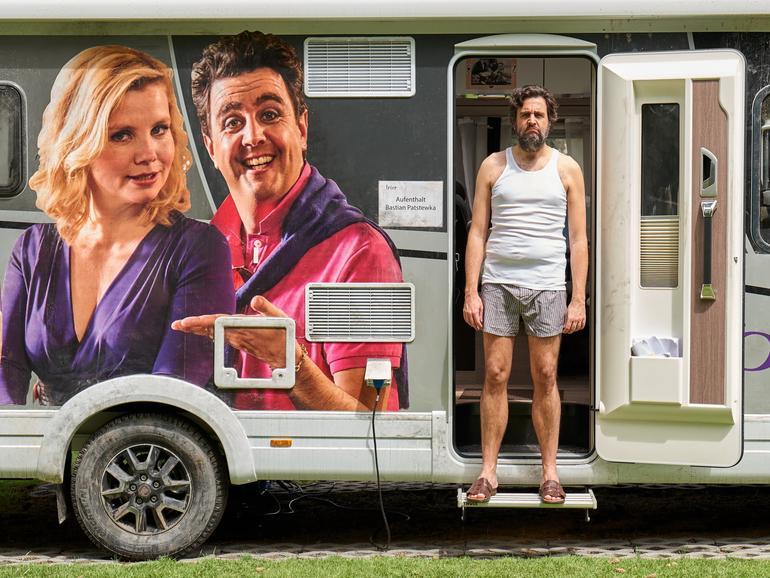 """Amazon Prime Video hat die achte Staffel der Erfolgs-Comedy """"Pastewka"""" produziert und bricht damit Rekorde. Die neuen Folgen erzielten den stärksten Start einer Comedyserie in der Geschichte des Streaming-Services. Eine neunte Staffel ist bereits in Auftrag gegeben."""
