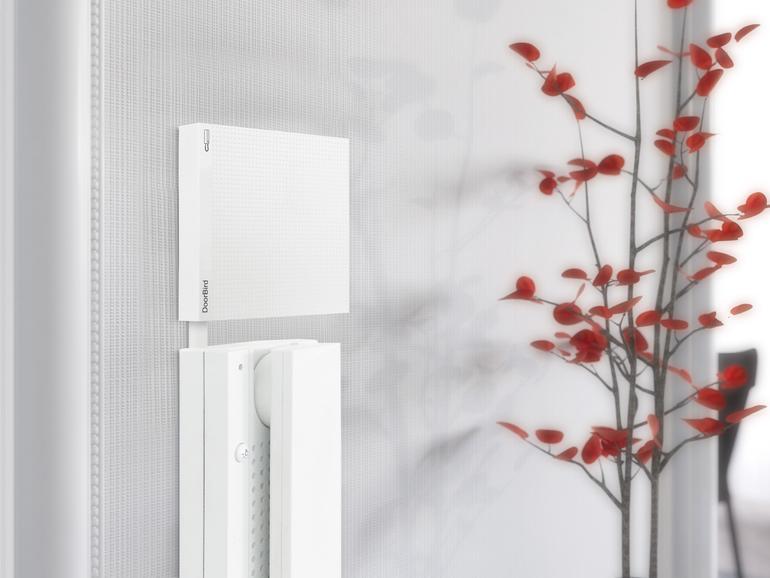 DoorBird D301 erweitert analoge Türsprechanlagen um IP-Funktionalität