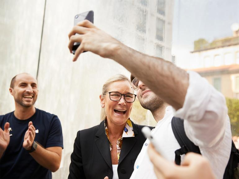 Apples Senior Vice President of Retail, Angela Ahrendts, begrüßt Kunden, die die Nacht über auf die Eröffnung des neuen Stores gewartet haben.