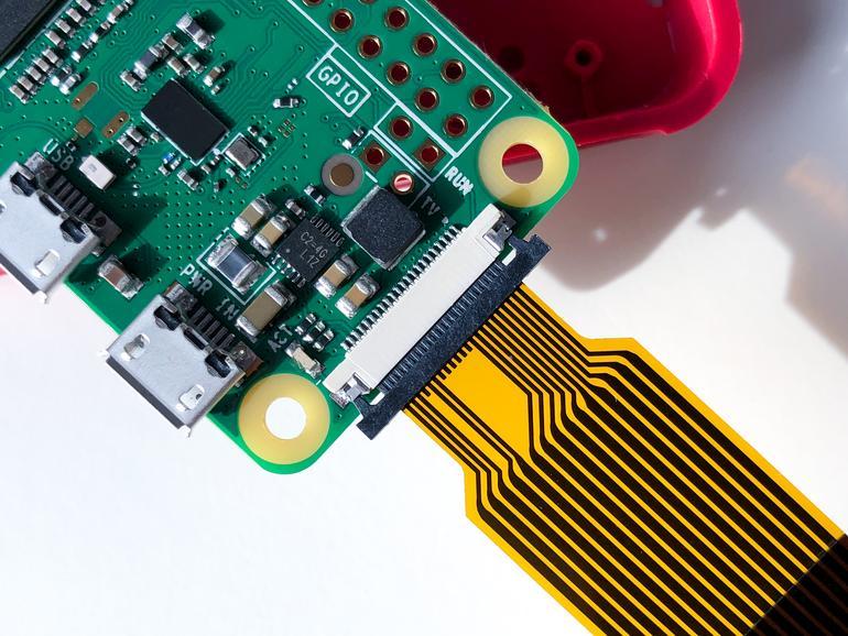 Kamera und Raspberry befinden sich auf getrennten Platinen, die über ein Flachbandkabel mit miteinander verbunden werden müssen.
