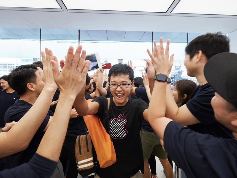 Fans werden bei der Eröffnung von Apple Kyoto abgeklatscht
