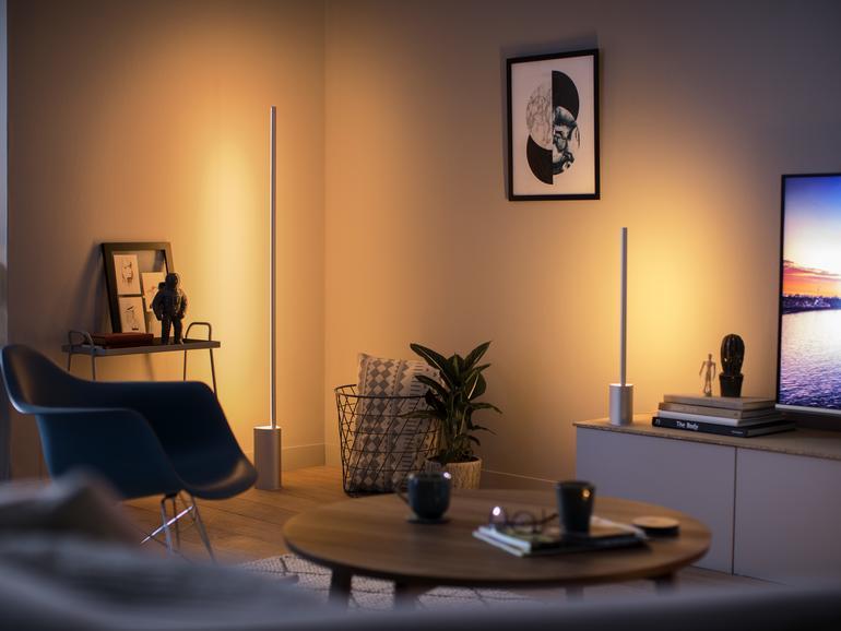 Philips Hue Signe gibt es als Steh- und Tischlampe