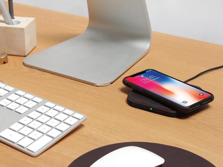 Der Pack & Smooch Taurus ist ein Qi-Lader für das iPhone aus Filz und Leder
