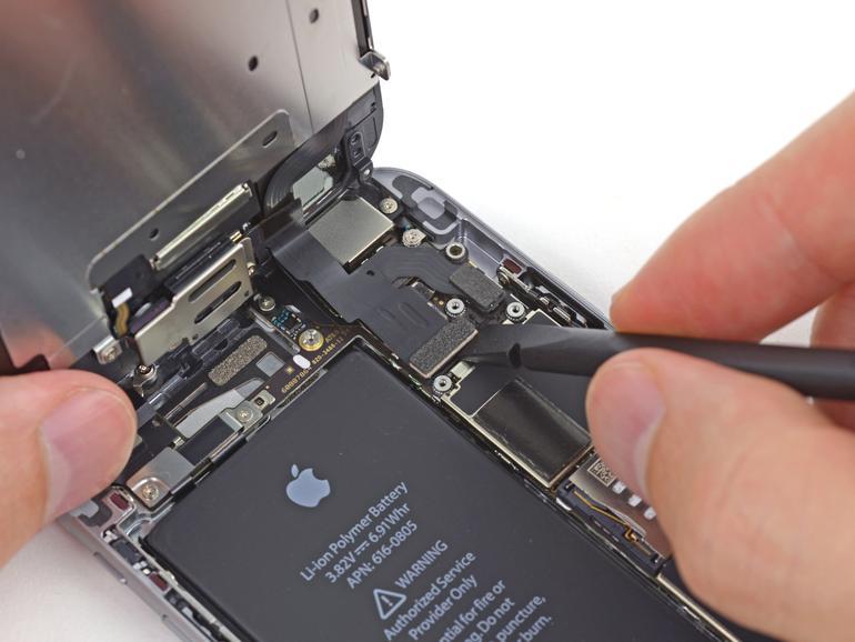 Ein für einen Akku-Austausch geöffnetes iPhone 6