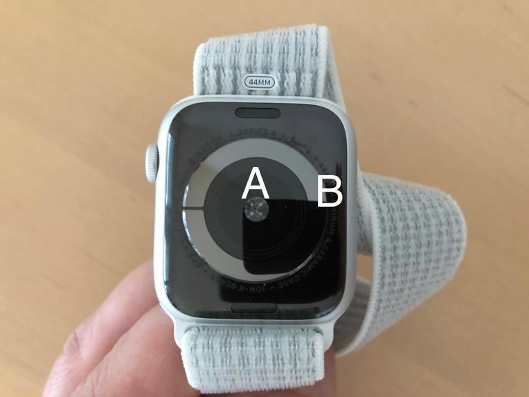 Innen liegt ein optischer Herzfrequenzmesser (A), die beiden umlaufenden Elektroden bilden den neuen elektrischen Herzsensor (B).