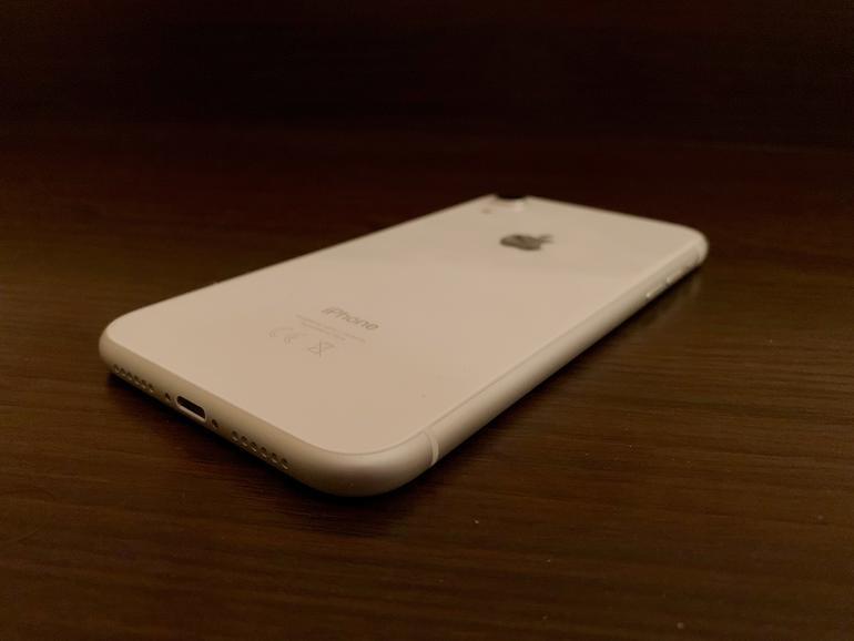 Das iPhone XR ist wie seinerzeit das iPhone 5C in vielen verschiedenen Farbvarianten erhältlich –unser Testgerät kommt etwas langweilig in schlichtem Weiß daher.