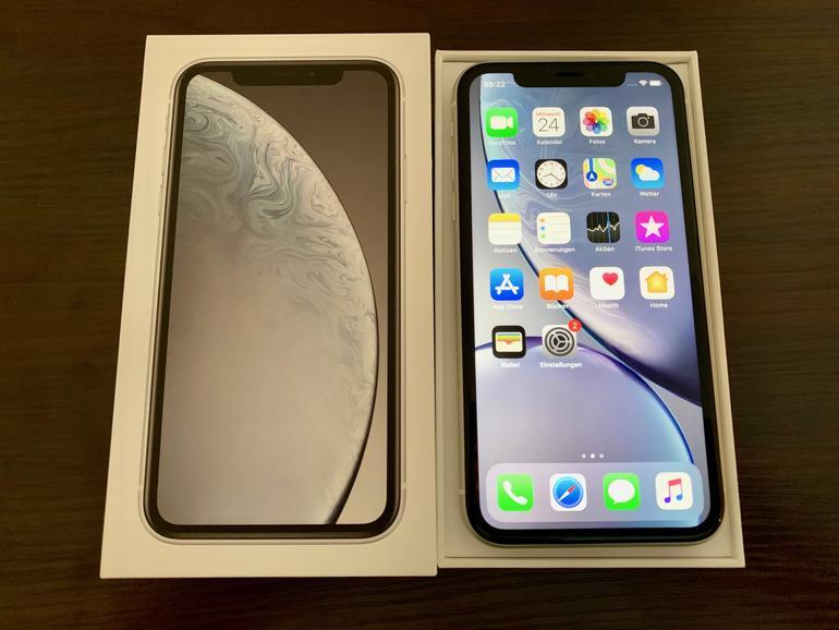 Draufsicht: Dass beim iPhone XR ein LCD- statt ein OLED-Display zum Einsatz kommt, ist eine der augenfälligsten Veränderungen.