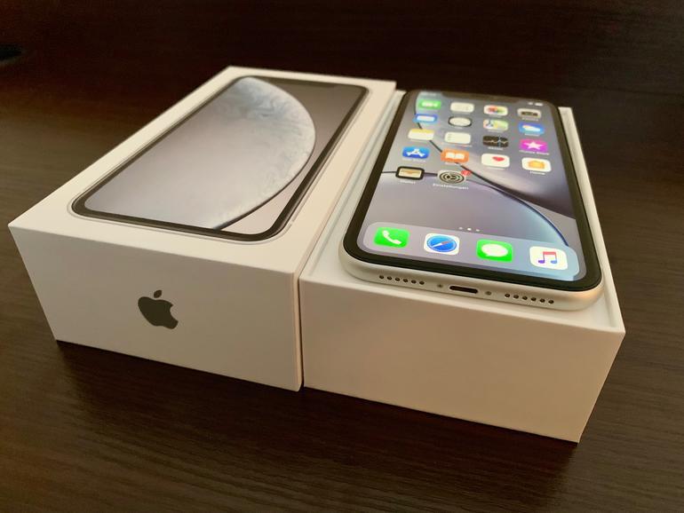 Frisch aus dem Karton: Auch das iPhone XR kommt ohne Kopfhörer-Adapter und lediglich dem üblichen langsamen 5W-Netzteil – ein leistungsstärkeres Netzteil und ein USB-C-auf-Lightning-Kabel dürften gerne mit im Karton liegen.