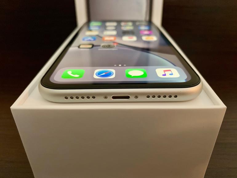 Symmetrisch: Im Gegensatz zum iPhone XS und iPhone XS Max sind die Bohrungen für Lautsprecher und Mikrofon an der Unterseite beim iPhone XR symmetrisch angeordnet.