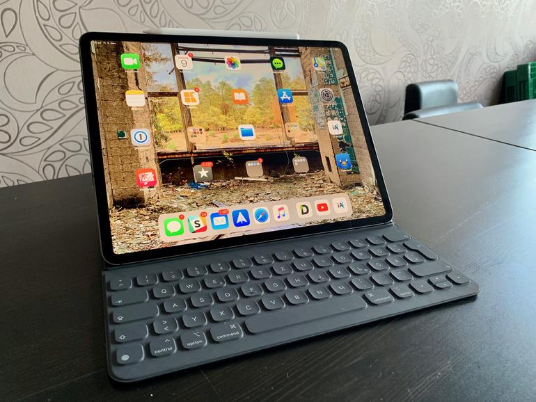 Die neue Tastaturhülle von Apple ist deutlich stabiler, trägt dafür aber auch mehr auf.
