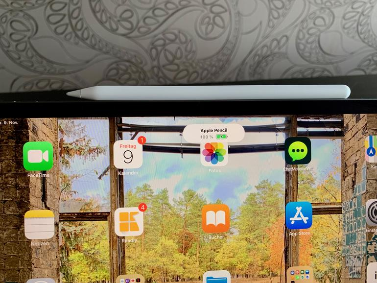 Der Apple Pencil 2 dockt jetzt direkt am iPad Pro an und ist erstens immer dabei und zweitens immer geladen.