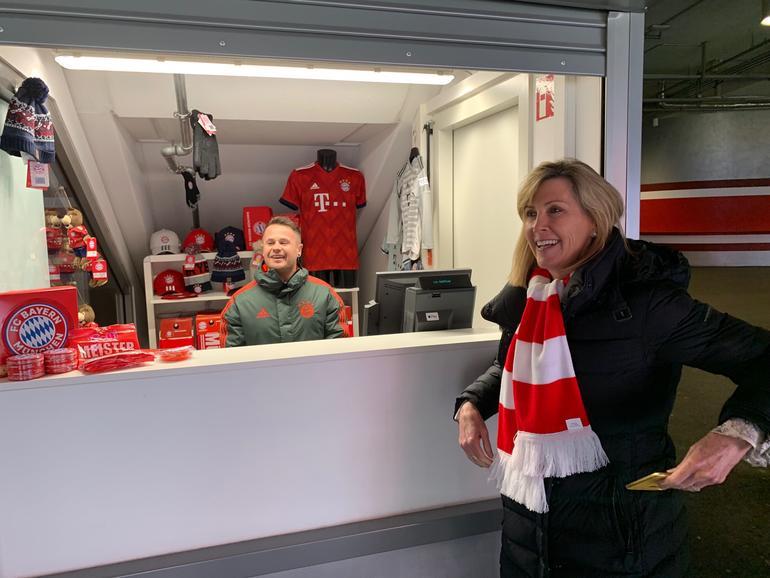 Jennifer Bailey, Apple SVP für Apple Pay und Internet Services, demonstriert Apple Pay in der Allianz Arena