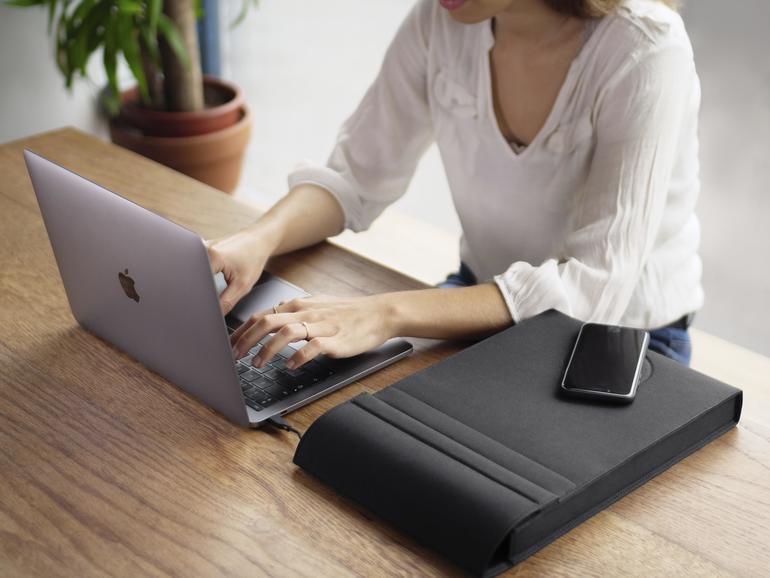 Die Laer lädt MacBook, iPad und iPhone – letzteres auch kabelfrei.