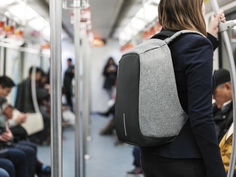 Der Bobby Backpack bietet auch in überfüllten U-Bahnen effektiven Schutz vor Langfingern