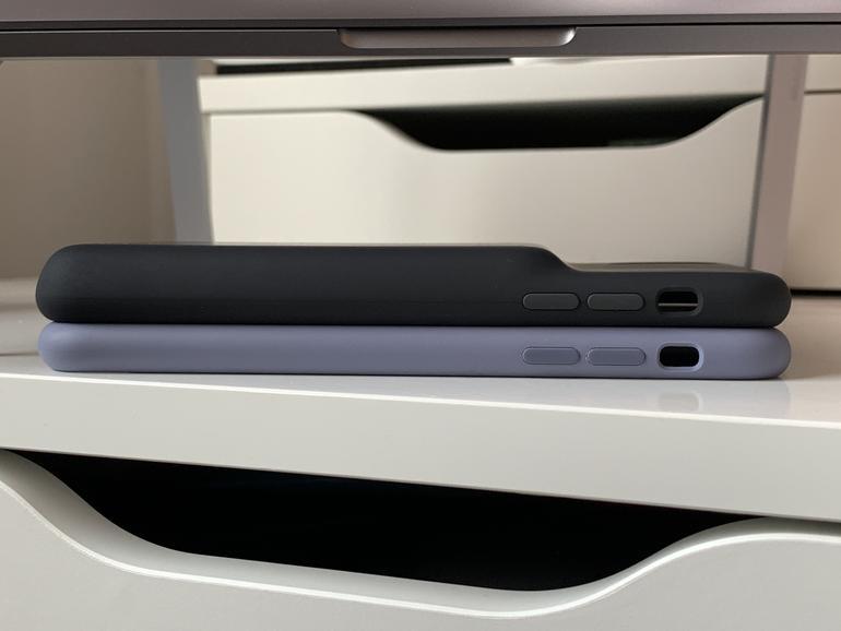 Oben das Smart Battery Case für das iPhone XS Max, unten das reguläre Silikon Case von Apple.
