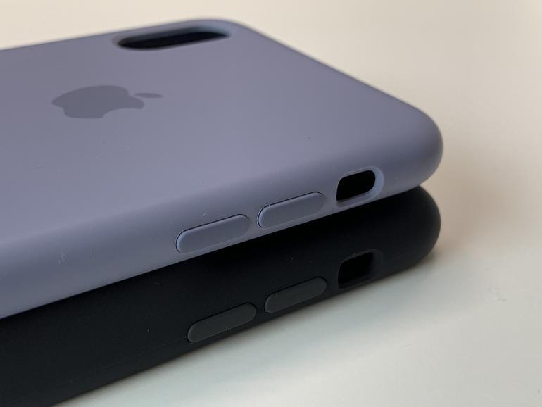 Die angenehm griffige Oberfläche ist identisch zu der der normalen Silikon-Hülle, oben im Bild.