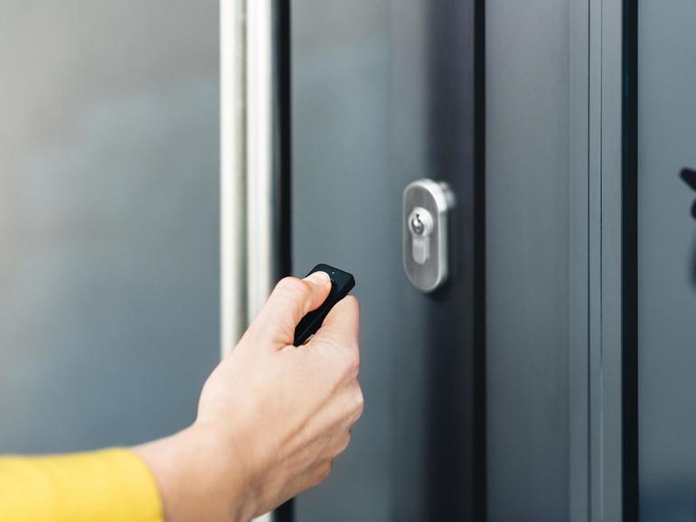 Knopfdruck statt Schlüsseldrehen: Die Fernbedienung Nuki Fob ist vor allem für Ältere und Menschen mit Handicap praktisch.