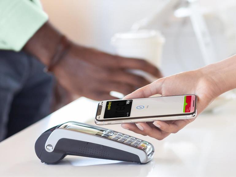 Das kontaktlose Bezahlen per Apple Pay funktioniert ebenso einfach wie mit einer Karte.