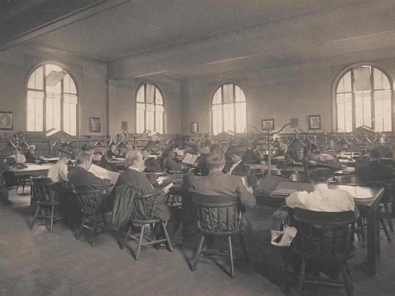 Der ursprüngliche Lesesaal der Carnegie Library im ersten Stock im Jahr 1908.