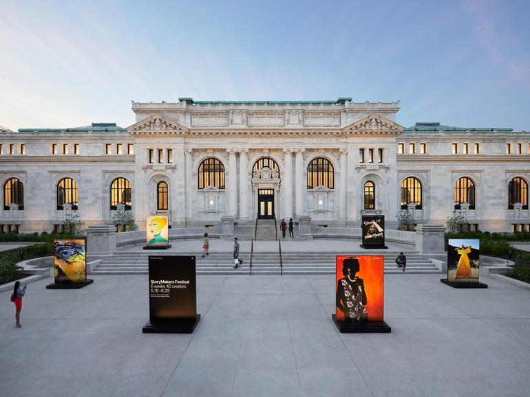 Das Gebäude von Apple Carnegie Library wurde im Beaux-Arts-Stil am Mount Vernon Square restauriert.
