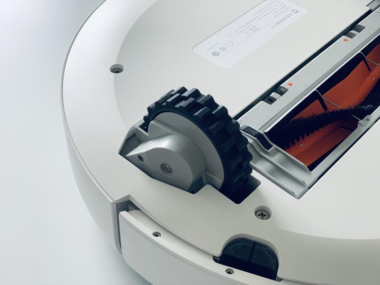Dank großer Räder überwindet der Mi Robot 1S auch höhere Türschwellen, der Roborock S50 aber klettert ein klein wenig besser.